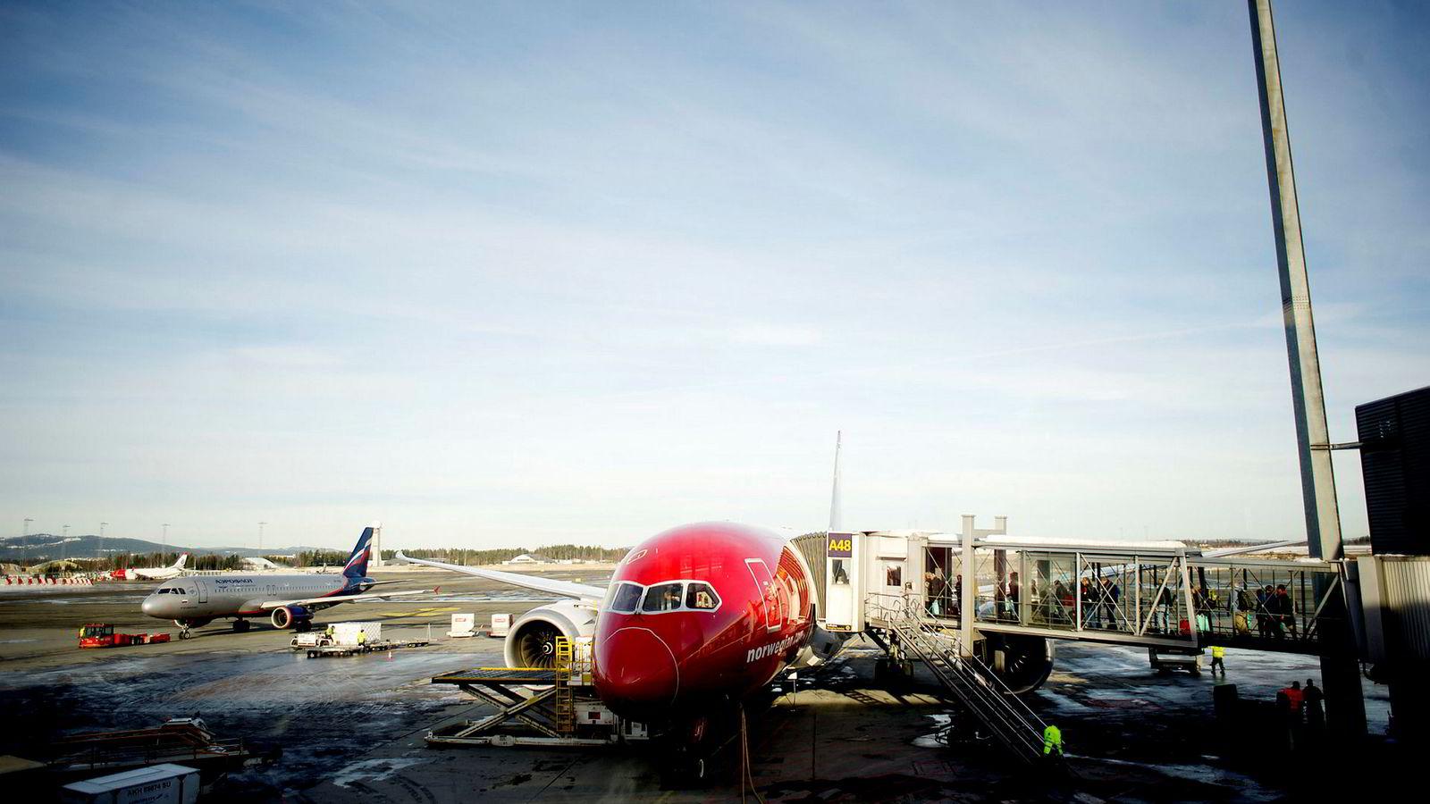 Her gjør et av Norwegians Dreamliner-fly seg klar for avgang til Thailand.