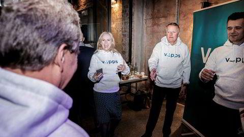 DNB-sjef Rune Bjerke har fått sparebankene med i Vipps-samarbeidet og åpner for å gå utenlands. Her med Vipps-sjef Rune Garborg (til høyre), Eikas konsernsjef Hege Toft-Karlsen og Sparebank 1 SMN-sjef Finn Haugan (med ryggen til). Foto: Fredrik Bjerknes