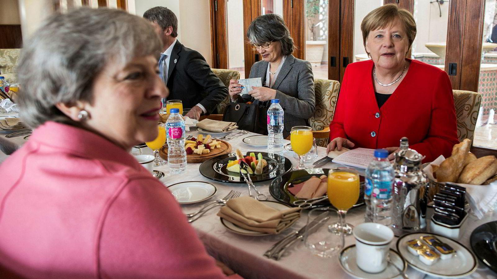 Forbundskansler Angela Merkel og statsminister Theresa May spiser frokost i den egyptiske feriebyen Sharm El Sheikh.