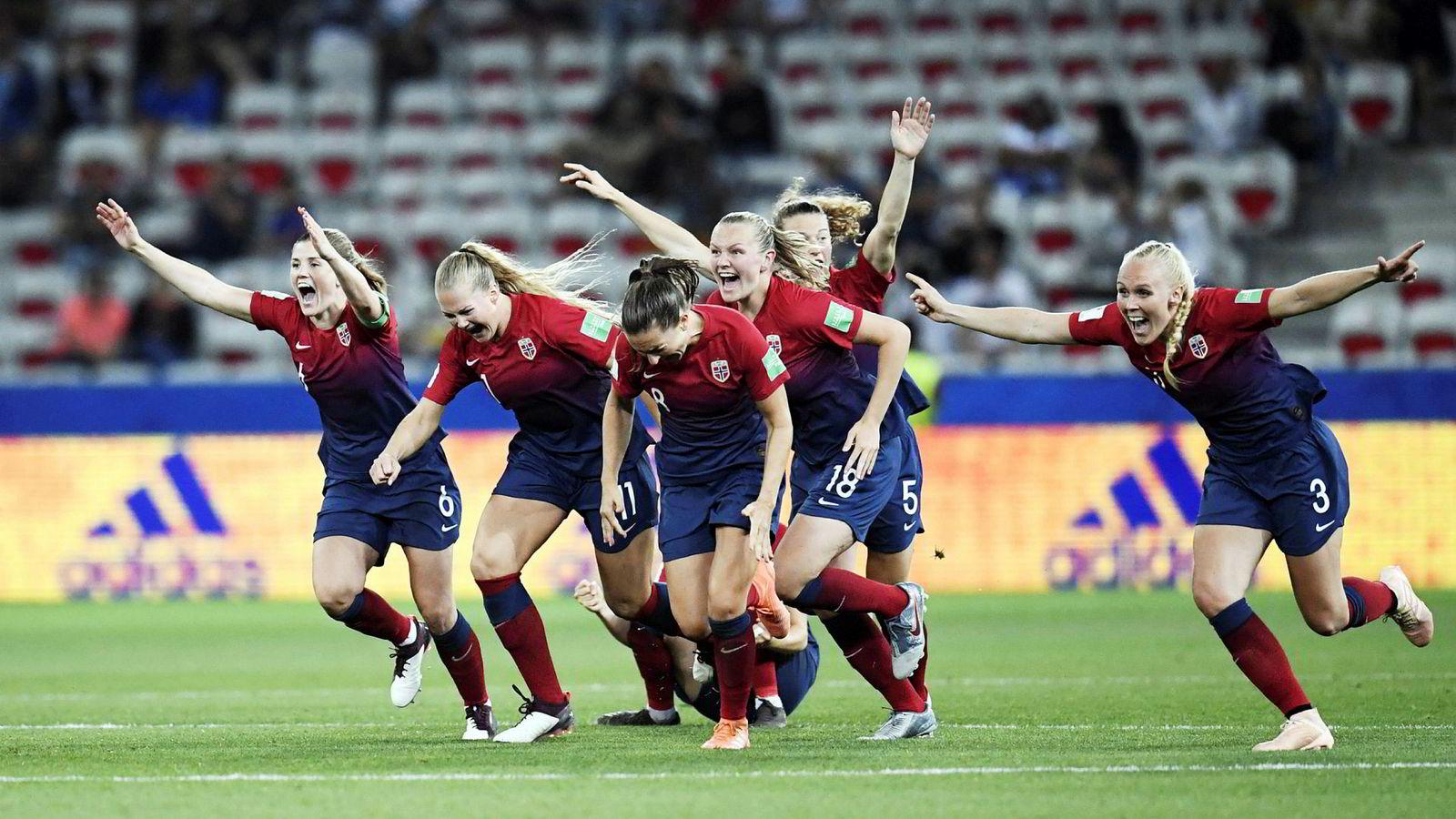 Her feirer det norske kvinnelandslaget seieren over Australia, som ga plass i torsdagens kvartfinale.