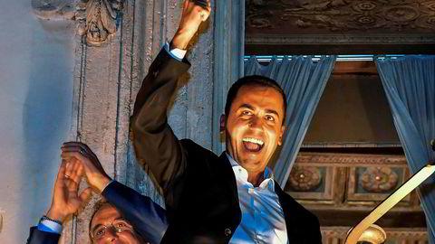 Den italienske visestatsministeren Luigi Di Maio, som er leder for partiet Femstjernersbevegelsen, feirer etter å ha inngått en avtale om et budsjettforslag for 2019. Foto: Alessandro Di Meo/AP