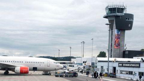 Fra neste år skal et spansk selskap ta over tårntjenesten på Kristiansand lufthavn Kjevik (bildet) og i Ålesund. Spanjolene fikk bli med i konkurransen selv om de ikke rakk anbudsfristen og måtte gjennom en ekstra loddtrekning.