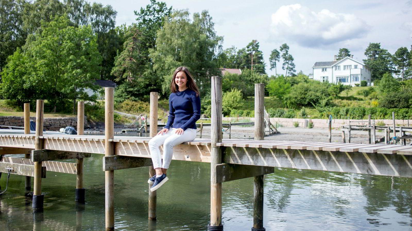 Thea Laetitia Rosenberg (18) fra Bygdøy starter på det amerikanske toppuniversitetet Stanford til høsten. I sommer skal hun ta helt fri, men skolen har likevel sendt henne tre bøker som skal leses før studiestart i september. To av tre er allerede lest.