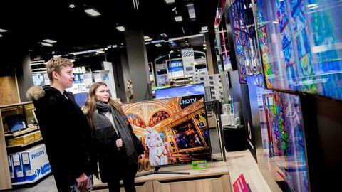 Sofie Marie Løkke og Sebastian Lykke Nygaard kikker på de nye tv-apparatene på Elkjøp i Glasmagasinet i Oslo. De ser nesten ikke på lineær tv lenger.