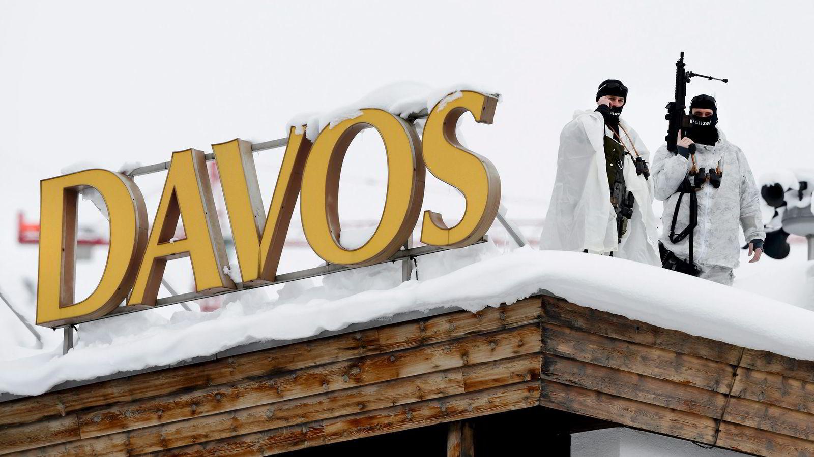 4501 militære, samt politifolk fra hele Sveits, sørger for sikkerheten når verdenseliten samles i Davos fra onsdag til lørdag denne uken. Terrorfrykten har økt etter Paris-angrepene. Foto: Fabrice Coffrini, AFP/NTB Scanpix