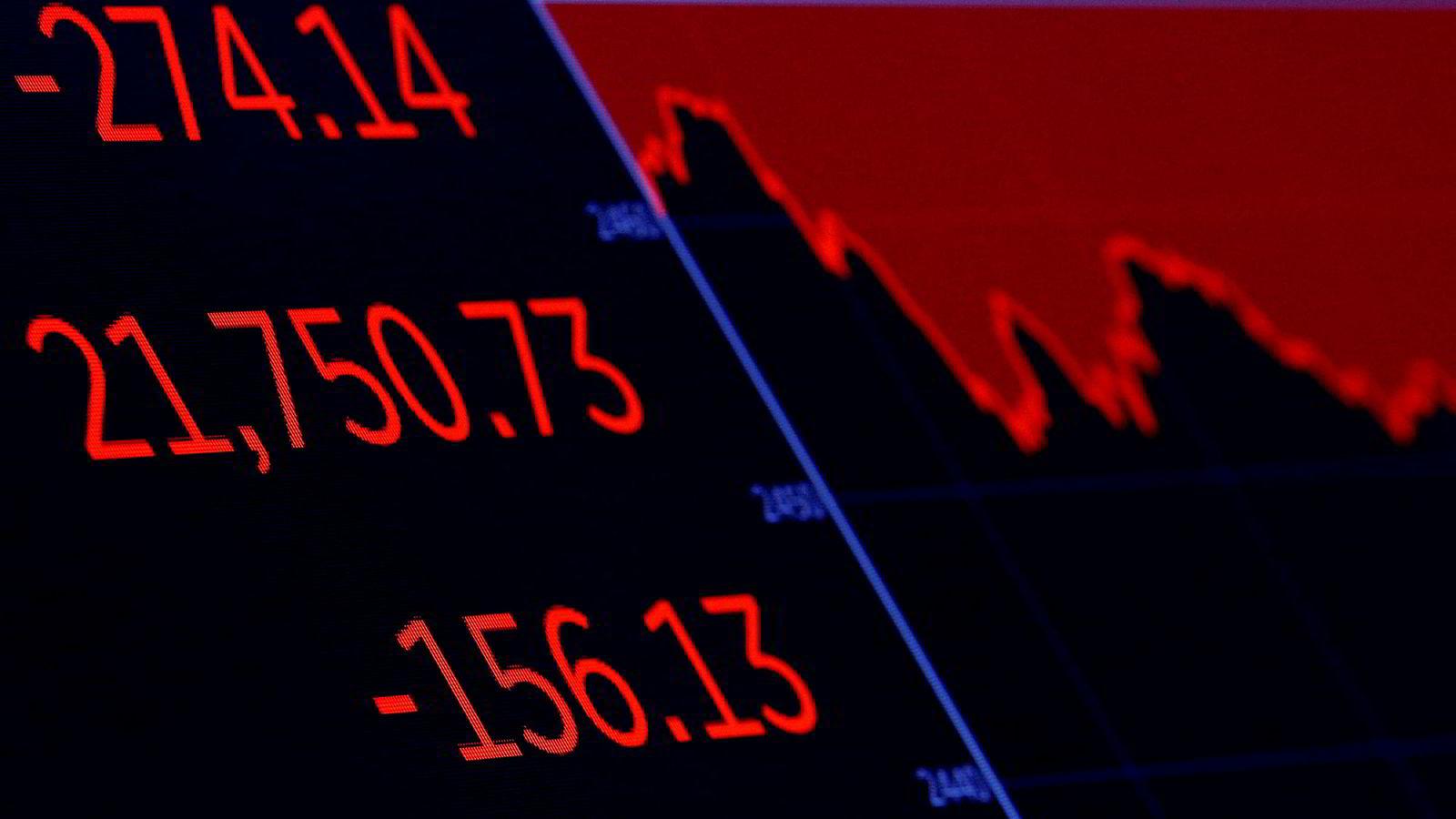 En skjerm viser utviklingen i tungvektsindeksen Dow Jones på New York Stock Exchange torsdag.