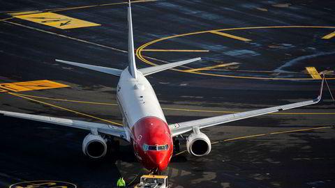 Et Norwegian-fly står på Oslo lufthavn.