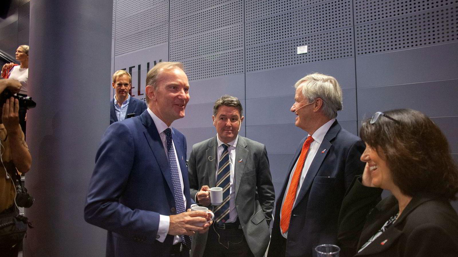 Norwegian-sjef Bjørn Kjos til høyre, midlertidig toppsjef Geir Karlsen i midten og styreleder Niels Smedegaard til venstre.