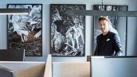 Runar Vatne har bygget opp en milliardformue tuftet på eiendom. Nå er han mer usikker på næringseiendom enn noen gang. Her står han foran tre bilder av ulver, den såkalte «wolfpack'en», på kontoret utenfor Oslo rådhus hvor han og seks kolleger forvalter milliardene.