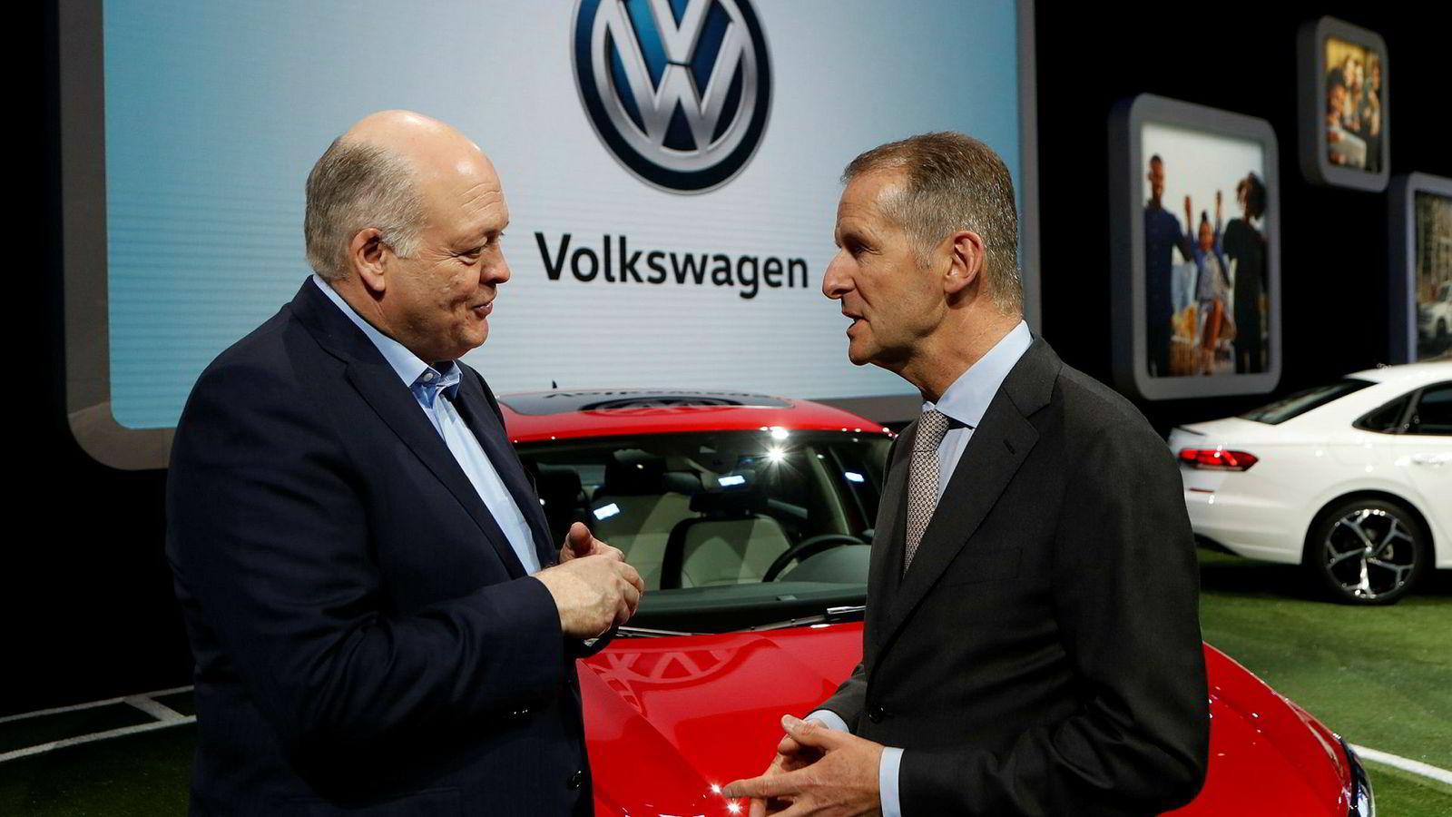 Ford-sjef Jim Hackett (til venstre) møtte Herbert Diess, sjef for Volkswagen AG, under den internasjonale bilutstillingen i Detroit denne uken.