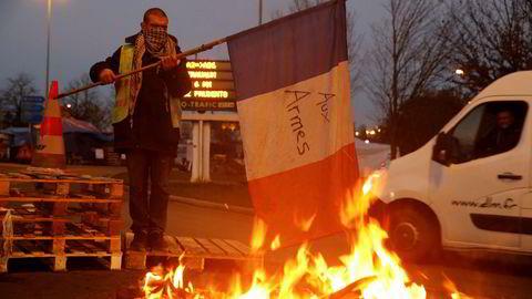 Franske myndigheters planer om økte bensin- og dieselavgifter har bidratt til landsomfattende protester. Nå utsettes planene.