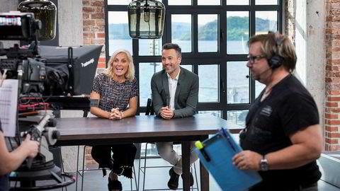 Programlederne Vår Staude og Peter Bubresko i studioet til God Morgen Norge på Aker Brygge. Til høyre innspillingsleder Knut Erik Skistad.