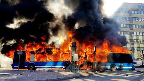 En gassdrevet buss begynte å brenne i Stockholm sentrum ved halv tolv-tiden lørdag formiddag.