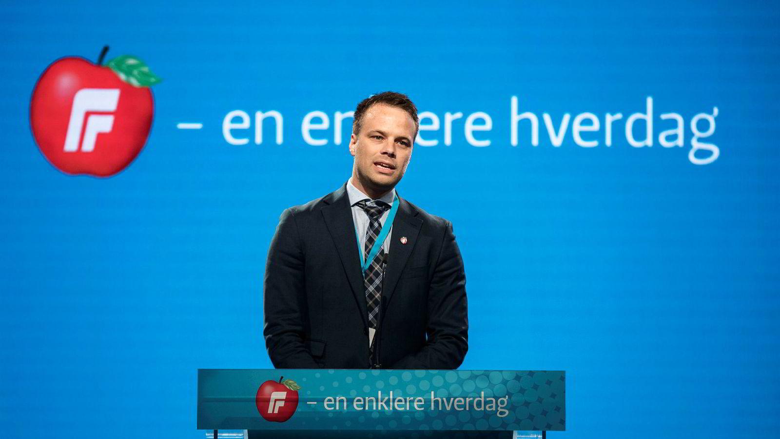 – Frp og Sverigedemokraterna mener det samme om innvandringspolitikk, sier Jon Helgheim (Frp), her på talerstolen under Fremskrittspartiets landsmøte.