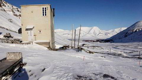 Den gamle betongtrafoen i Vei 300 1 i Longyearbyen på Svalbard.