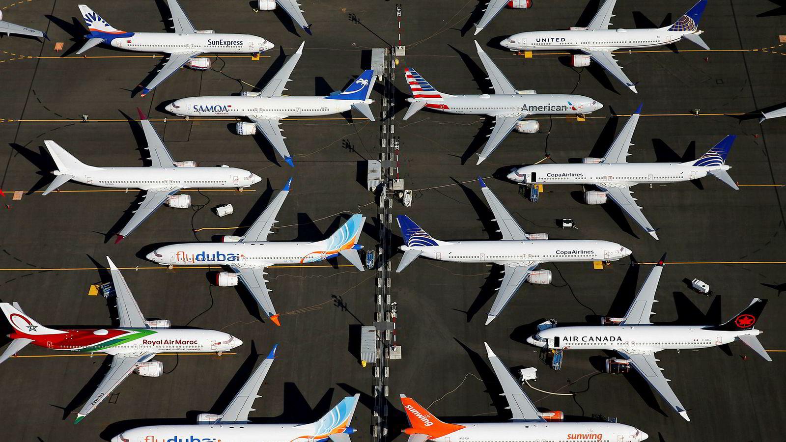 I snart fem måneder har flyforbudet for 737 Max-flyene vært i effekt. Her står en rekke av flyene, fra ulike flyselskap, parkert på en flyplass nær Boeing-fabrikken i Seattle.