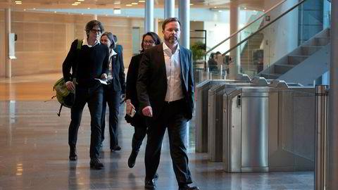 Hydros finansdirektør Eivind Kallevik på vei inn til møte med pressen på hovedkontoret i Oslo onsdag ettermiddag.