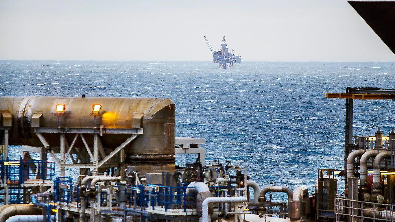 STOPP. Det logiske ville være å innføre begrensninger i selskapers rett til utvinning av fossile ressurser, skriver artikkelforfatteren.