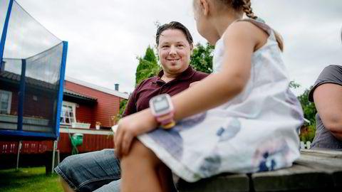 Paul Thürmer har kjøpt en smartklokke til datteren på fire år.  Foto: Mikaela Berg