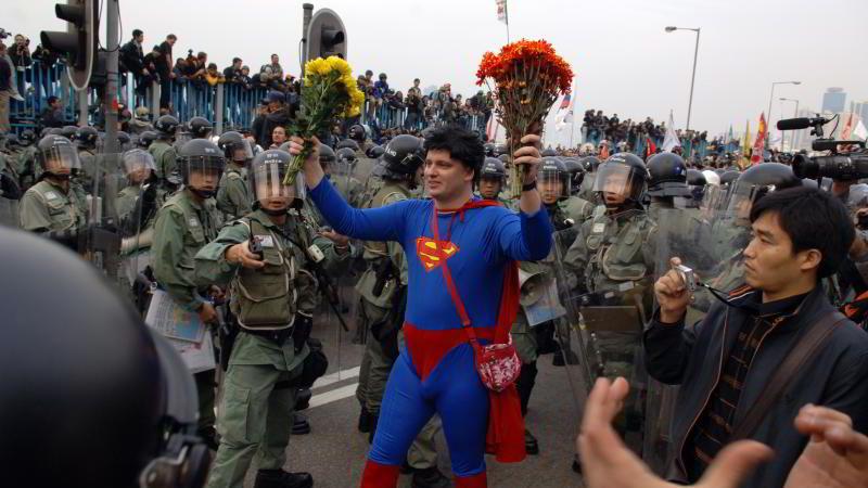 DRESSET OPP: En mann bærer supermann-drakt i et demonstrasjonstog i Hong Kong i forbindelse med Verdens handelsorganisasjons ministermøte i fjor.