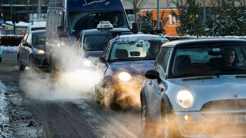 Eksos fra biler i vinterkulden i Oslo.