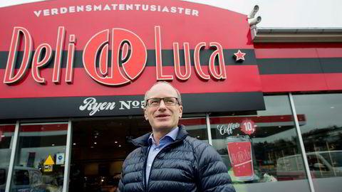 Tormod Lier er Norges Deli de Luca-sjef. Kjeden har overtatt driften på mange Esso-stasjoner de siste årene. Her overser Lier de siste forberedelsene på Ryen i Oslo før åpning.