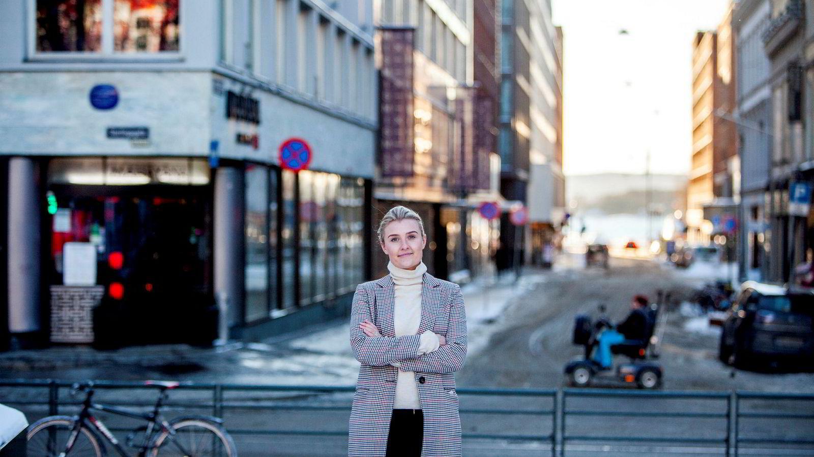 Mathea Grønseth Hübert (28) fikk fast jobb et år før hun var ferdigutdannet i 2017. Nå har hun gått et skritt videre.