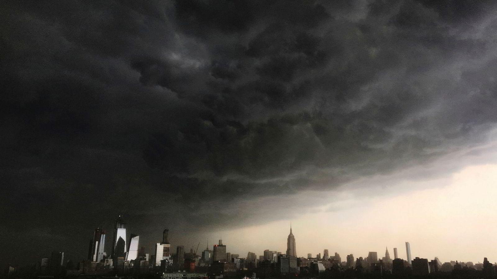Det er ikke bare Wall Street som har hatt et tøft år. Hverken aksjer, obligasjoner eller eiendom har gitt avkastning så langt i år. Her samler skyene seg opp over New York under en storm tidligere i år.