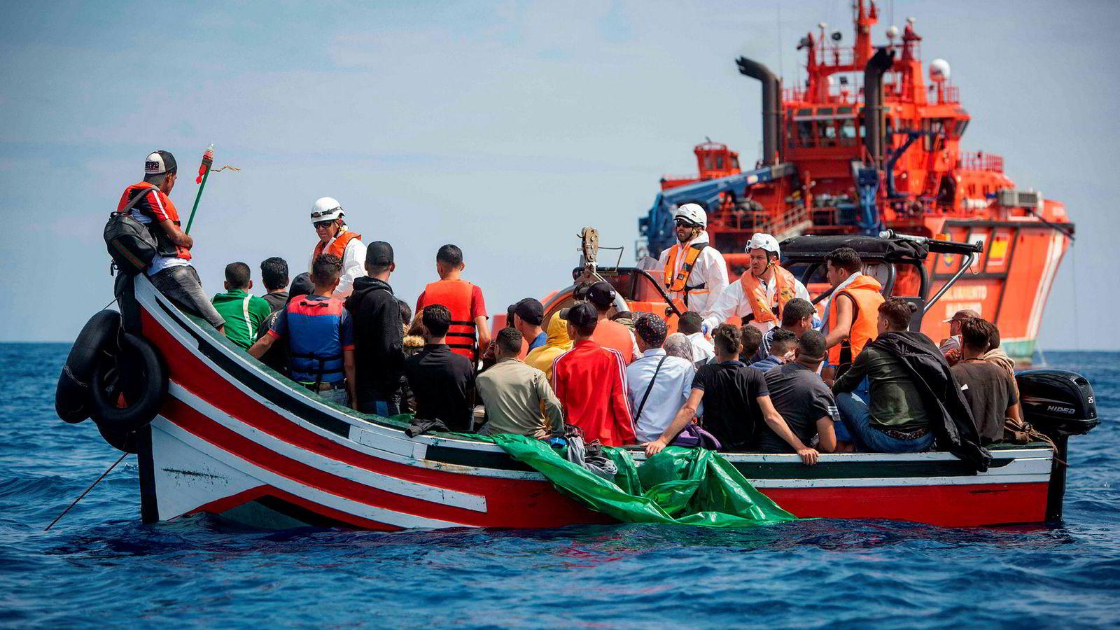 Fortsatt kommer det mange flyktninger med båt over Middelhavet. Her blir 157 flyktninger reddet fra en båt i Gibraltarstredet av den spanske organisasjonen Salvamento Maritimo. Over 33.000 flyktninger har kommet til Spania i 2018 og 329 har dødd i forsøkene.