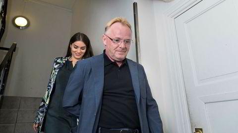 Hånd i hånd går Per Sandberg og Bahareh Letnes til deres felles pressekonferanse etter at Sandnes trakk seg som fiskeriminister.