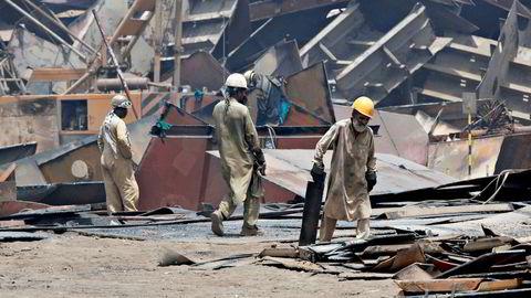 Gadani-stranden i Pakistan er en velkjent endestasjon hvor skip hugges opp og plukkes fra hverandre av et stort antall arbeidere med få sikkerhets- og miljørestriksjoner.