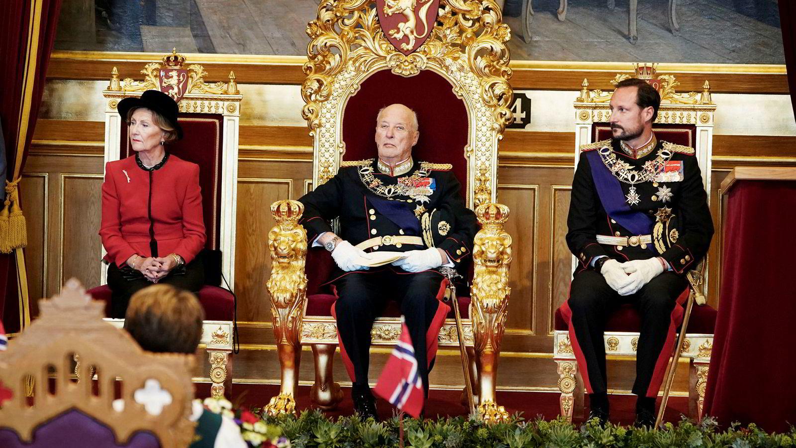Kong Harald åpnet det 164. Storting. Med var også dronning Sonja og kronprins Haakon. Men hva skjedde ved frokostbordet på slottet noen timer tidligere?