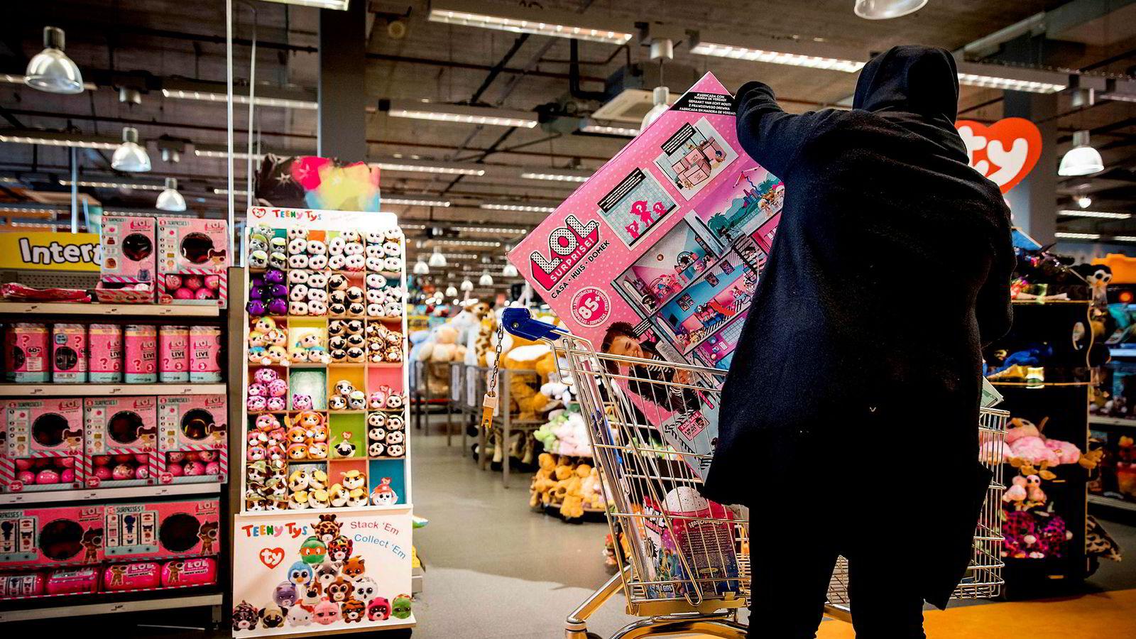Leketøysmarkedet kan synes allerede å ha nådd et absurd nivå der leker som går i stykker ved første gangs bruk kjøpes av mennesker som ikke skal bruke dem, og gis til barn som ikke ønsker seg det. Her fra butikk i Utrecht i Nederland.