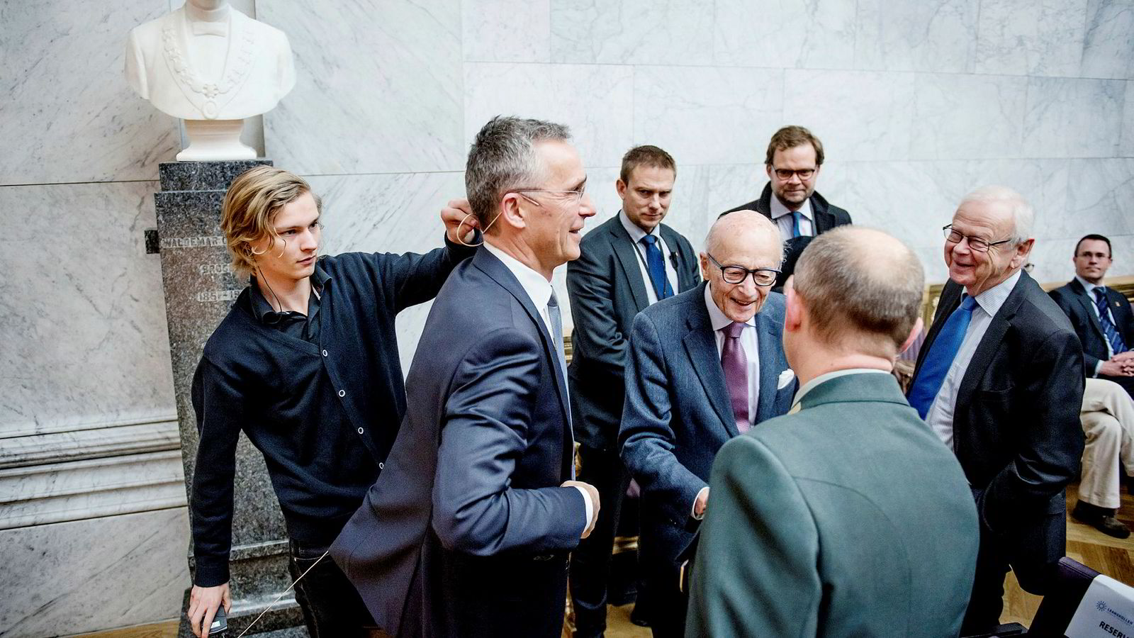 Natos generalsekretær Jens Stoltenberg (med mikrofon) møtte tidligere statsminister Kåre Willoch (med lilla slips) under en konferanse arrangert av Den norske Atlanterhavskomité i Universitet i Oslos aula mandag formiddag. Foto:
