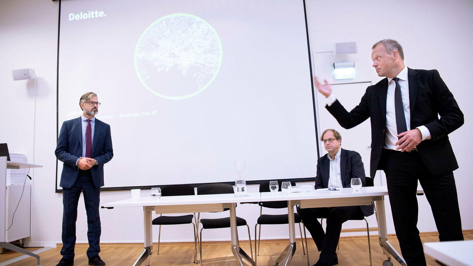 Boligbyggs styreleder Stig Bech (til høyre) fikk i går presentert granskningsrapporten fra Deloitte. Her er han sammen med Thorvald Nyquist og Stein Ove Songstad (sittende) fra Deloitte.