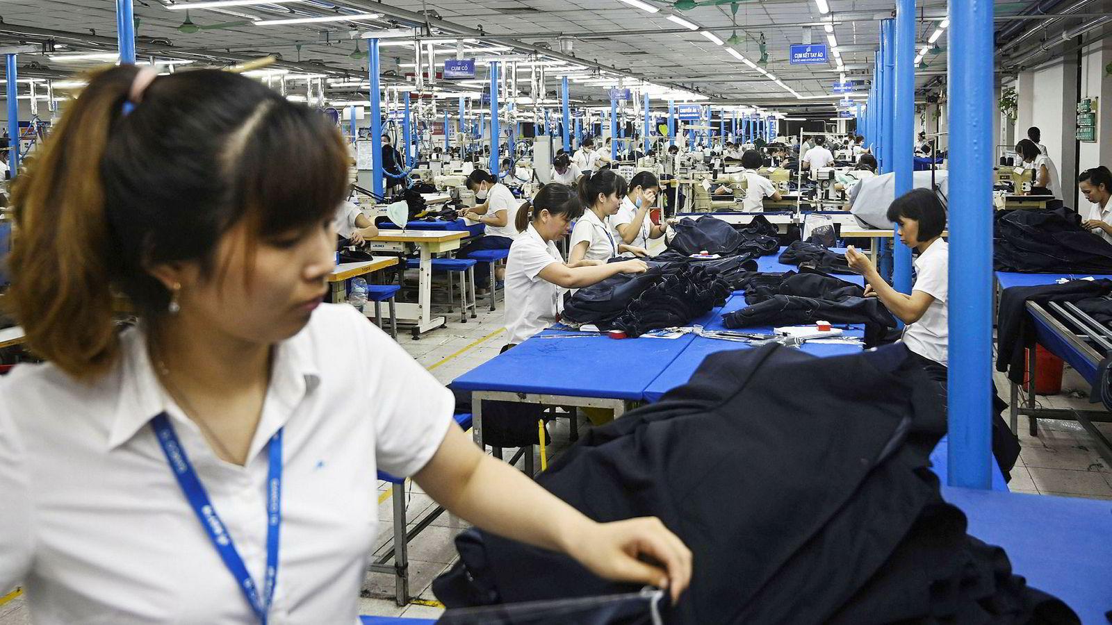 Vietnam er den største vinneren i handelskrigen mellom USA og Kina. Amerikanske Importører setter inn ordrer på alt fra tekstiler og vaskemaskiner – til smarttelefoner og møbler ved fabrikker i Vietnam. Her fra en dressfabrikk i Hanoi.