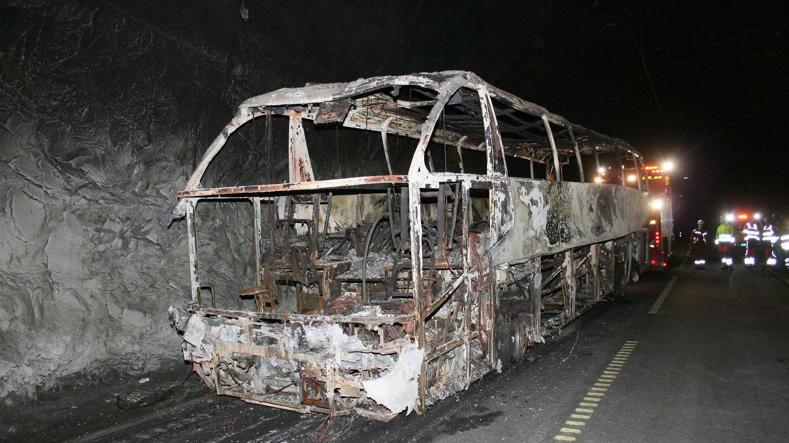 Bildet viser restene av den utbrente turistbussen i Gudvangatunnelen etter ulykken 11. august i år, der fire personer ble alvorlig skadet. Tunnelen var stengt til 31. august. Foto: Arne Veum,