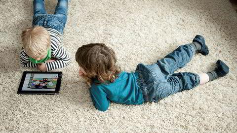 Nettbrett har blitt stadig mer populært de siste årene. Men betyr det at barn dropper å lese bøker? Foto: Jan Haas/NTB scanpix