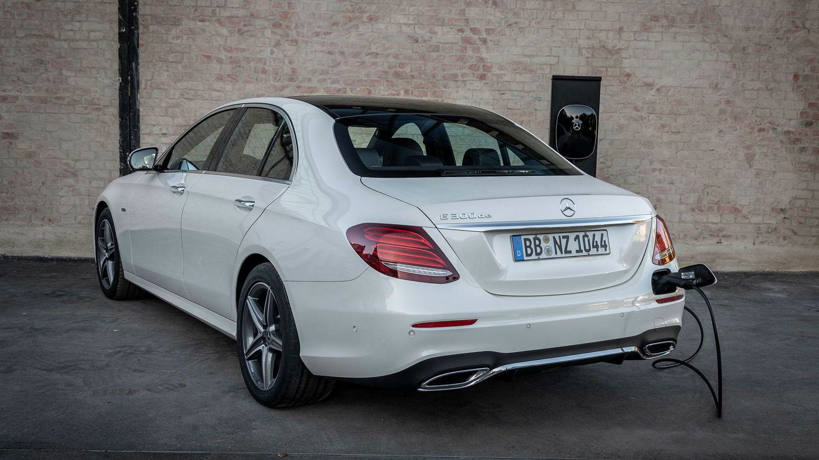 Etter et opphold, kommer i januar Mercedes-Benz med ladbare versjoner av E-klasse igjen. Her er E 300 de i sedanversjon.