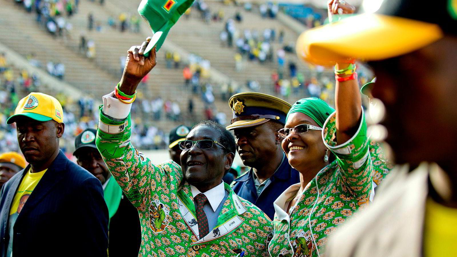 Daværende president Robert Mugabe under et valgmøte i 2013 sammen med sin kone. Mugabe styrte Zimbabwe med jernhånd fra 1980 til 2017.