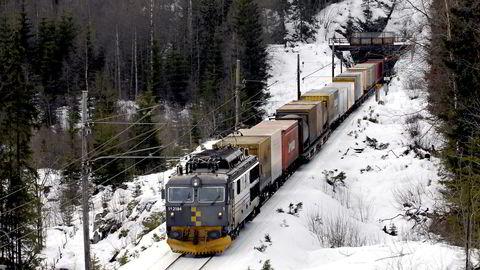 For gods til bane gjennomfører vi en historisk storsatsing på vedlikehold av jernbanen, som vil komme både godstog og persontog til gode, og vi ruster opp godsterminalene, sier forfatteren. Foto: Oddvar Foss
