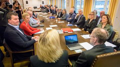 Riksmegler Nils Dalseide (ved enden av bordet) har utarbeidet en skisse til løsning, og partene skal nå være i gang med å vurdere den, melder VG.