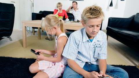 For første gang minsker barn og unges eierskap av datamaskiner. Dagens unge bruker isteden mobiler og nettbrett, skriver artikkelforfatteren. Illustrasjonsfoto: Colourbox