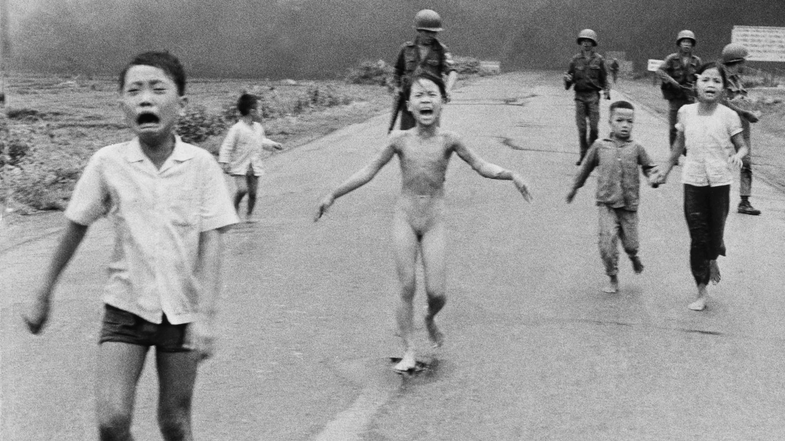 Dette ikoniske krigsbildet ble tatt i 1972, etter et napalmangrep i Vietnam. Bildet blir nå sensurert av Facebook, fordi ni år gamle Kim Phuck (i midten) bryter med deres regler for nakenhet. Foto: Nick Ut /AP Photo/NTB Scanpix