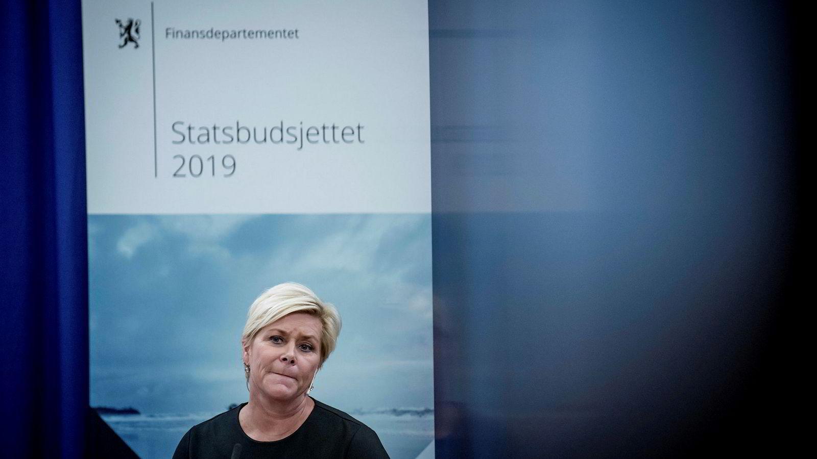 Finansminister Siv Jensen snur om skattereglene.