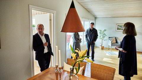 Eiendomsmegler og daglig leder Edvard Chapsang i Eie Sandvika (t.v) og boligkjøper Erlend Bakke i bakgrunnen under en visning på Blommenholm på torsdag.