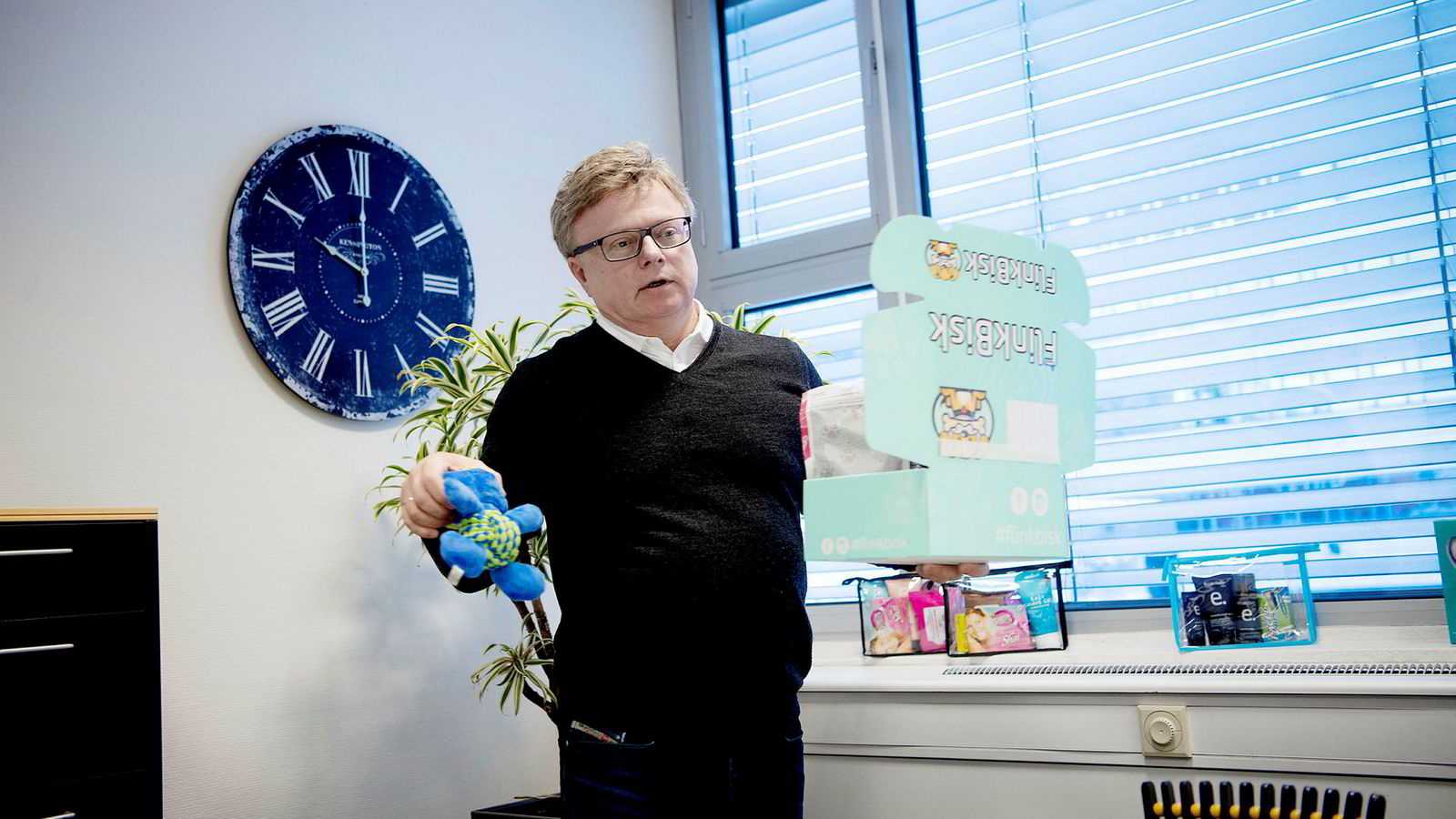 Kjell Ove Kvalheim (56) driver en rekke ulike virksomheter fra Ensjø i Oslo. I tillegg til et spåtjenesteselskap som ikke lenger ligger på Svalbard, og litt kontorarbeid med sitt nyeste søksmål mot staten, satser Kvalheim på postforsendelser av månedlige hundegaver til hundeeiere.