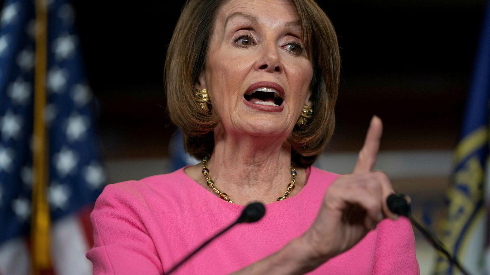 Demokratenes Nancy Pelosi og USAs president Donald Trump har ikke mye pent å si om hverandre.