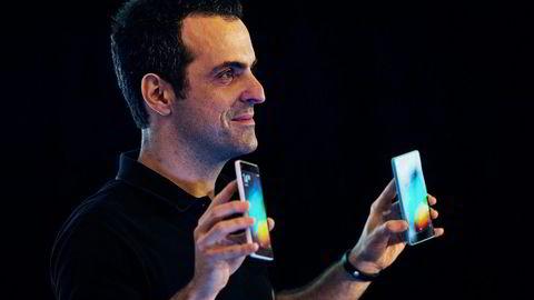 Xiaomi-direktør Hugo Barra viser frem to av selskapets Mi 4i smarttelefoner. Xiaomi kalles også Asias Apple.                    Foto: Lam Yik Fei,