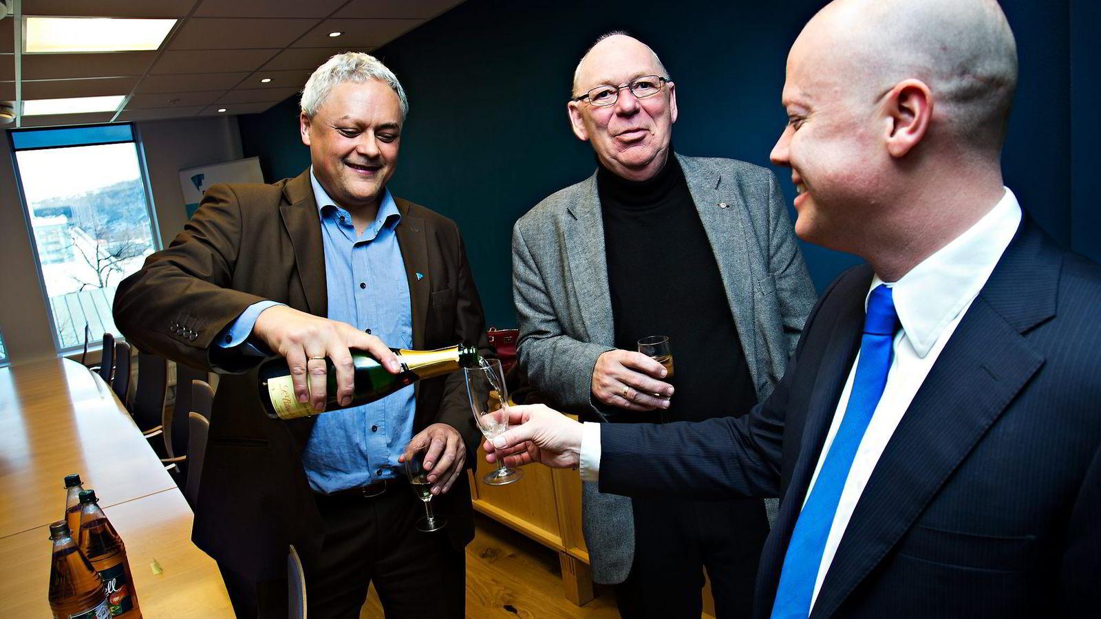 VANT FREM. Fagdirektør i forbrukerrådet Jorge B. Jensen (til venstre), Ivar Petter Røeggen (midten) og advokat Thomas Berge feiret seieren i Høyesterett med noe godt å drikke. Foto: